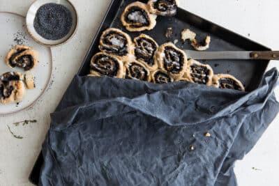 Ein Kuchenblech abgedeckt mit einem Bienenwachstuch
