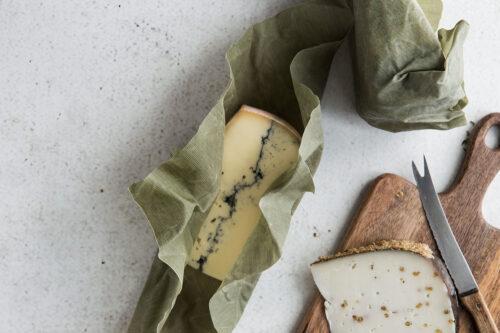 Ein Käse einpackt in einem grünen Bienenwachstuch