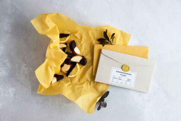 Weihnachtsangebot: zwei Bienenwachstücher Large in Gelb mit einer Graspapier-Verpackung