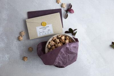 Weihnachtsangebot: zwei Bienenwachstücher Large in Lila mit einer Graspapier-Verpackung